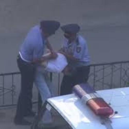 За избиение прохожего накажут полицейского
