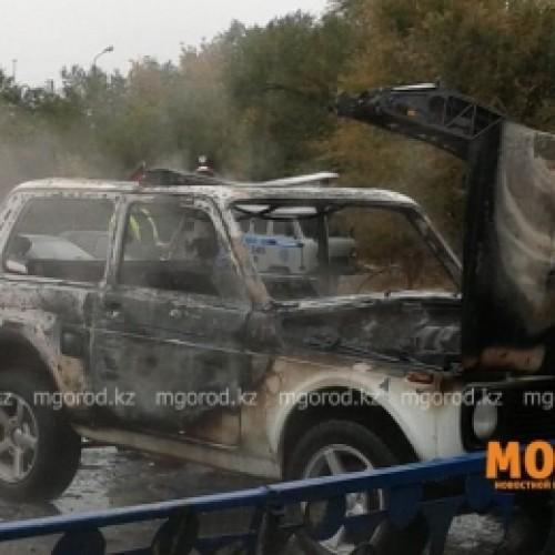 Полицейская машина сгорела у здания УВД в Уральске