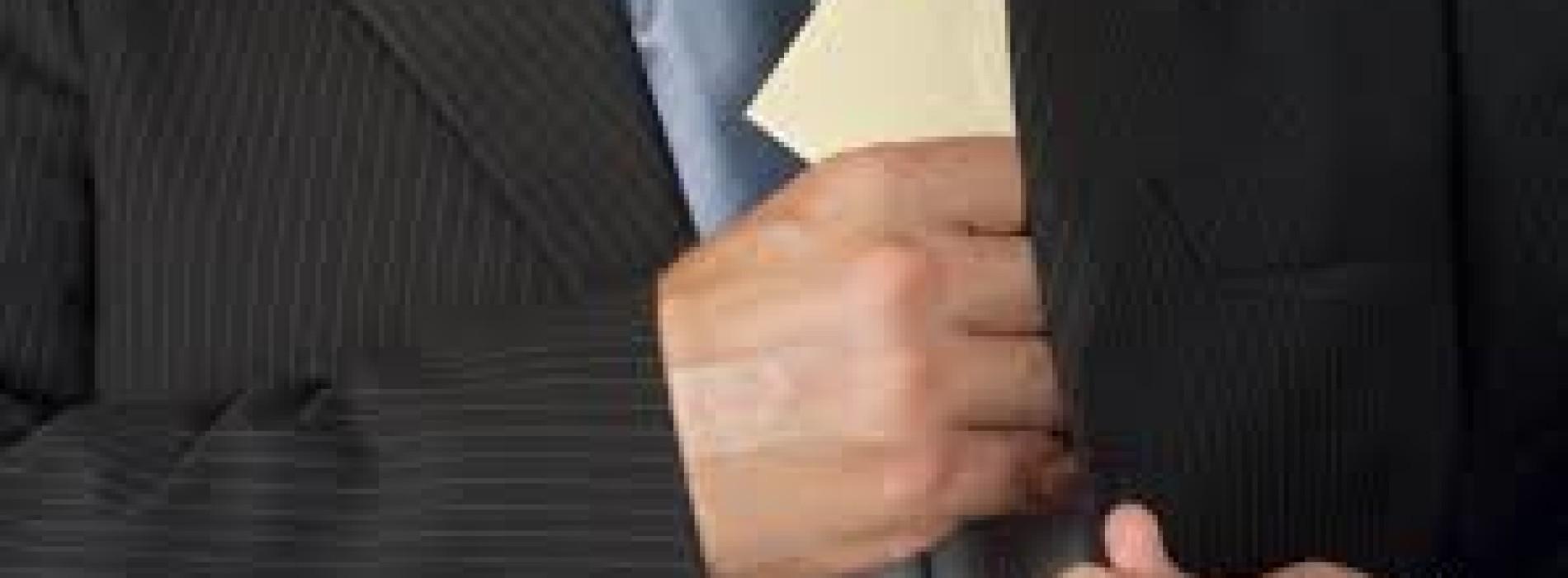 Судоисполнитель в Шымкенте получил взятку за исполнение прямых обязанностей