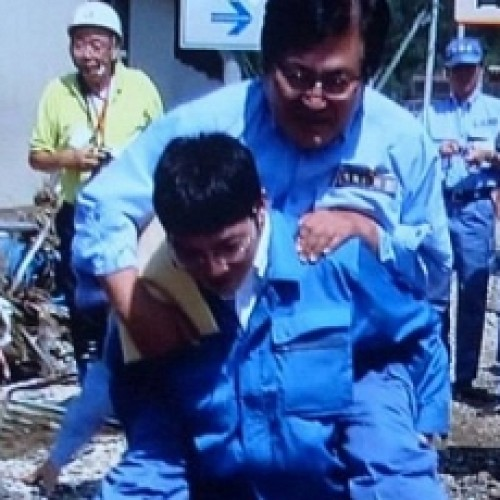Японский чиновник стал посмешищем после катания на спине у подчиненного