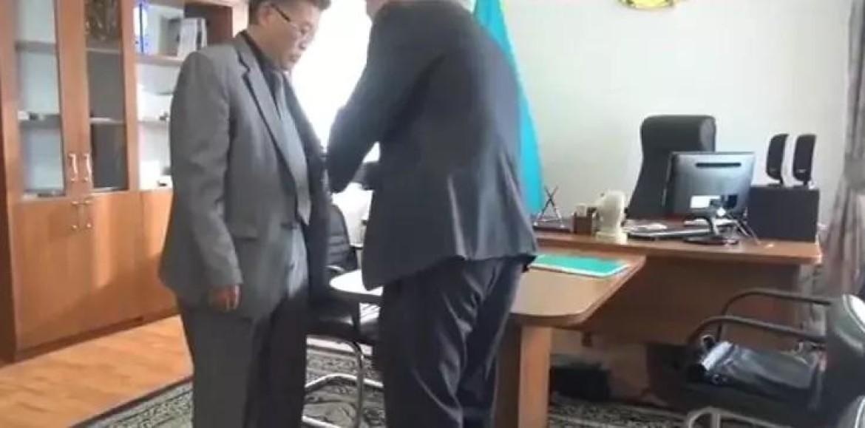Чиновник от образования задержан при получении взятки в Кызылорде (видео)
