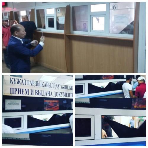 Полицейские Усть-Каменогорска прячутся от посетителей за тонированными стёклами