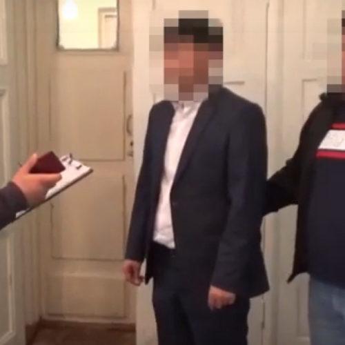 Двух госслужащих подозревают в получении взяток