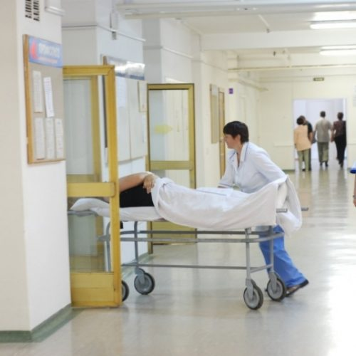 Охранники больницы вывезли и оставили на улице пациента в Уральске