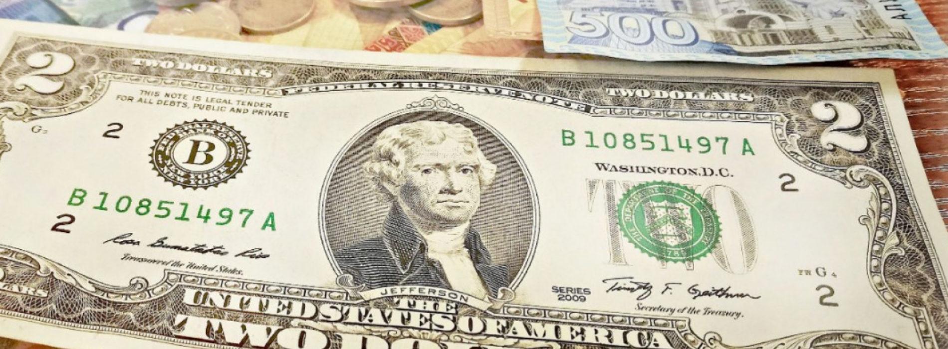 Госслужащего в СКО поймали на взятке в $1200