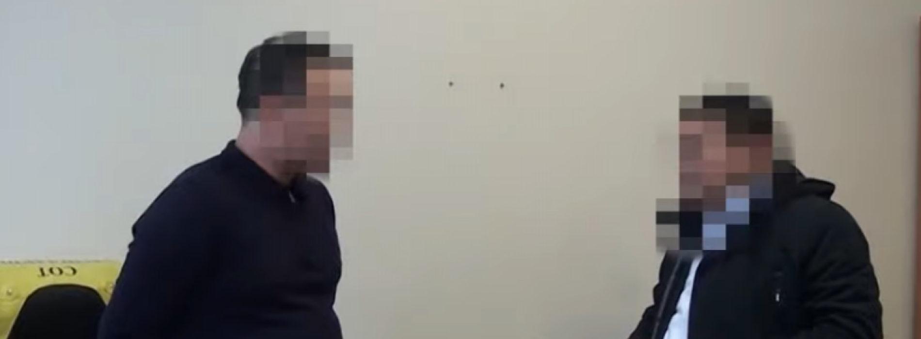 Появилось видео с задержанным за взятку чиновником в Алматы