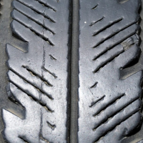 Замдиректора получила взятку зимними шинами за ускоренное получение госуслуги