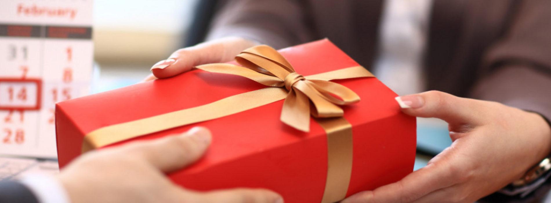 Токаев подписал закон, запрещающий госслужащим и чиновникам получать подарки
