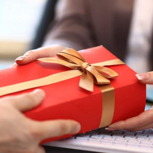 Родным госслужащих тоже запретят принимать подарки