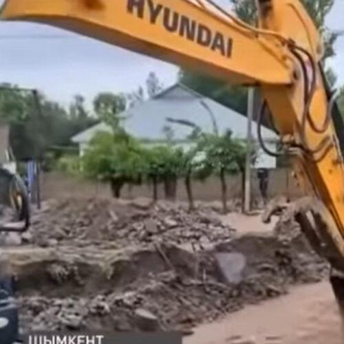 Аким Шымкента пригрозил уволить подчиненных из-за потопа