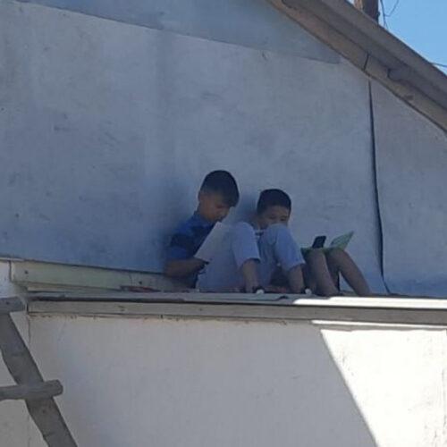 Школьники в Атырауской области отправляют домашнее задание сидя на крыше
