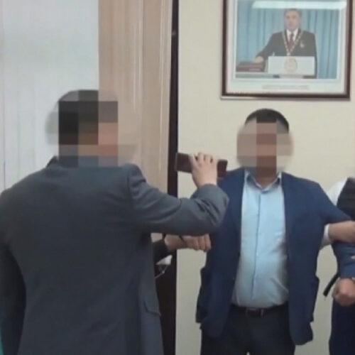 Восемь госслужащих осудили в Шымкенте за взятки